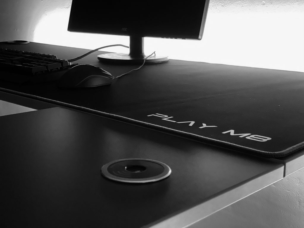 Gaming Setup - Play M8 Gaming Desk - Modular - USB C - Wireless Charging